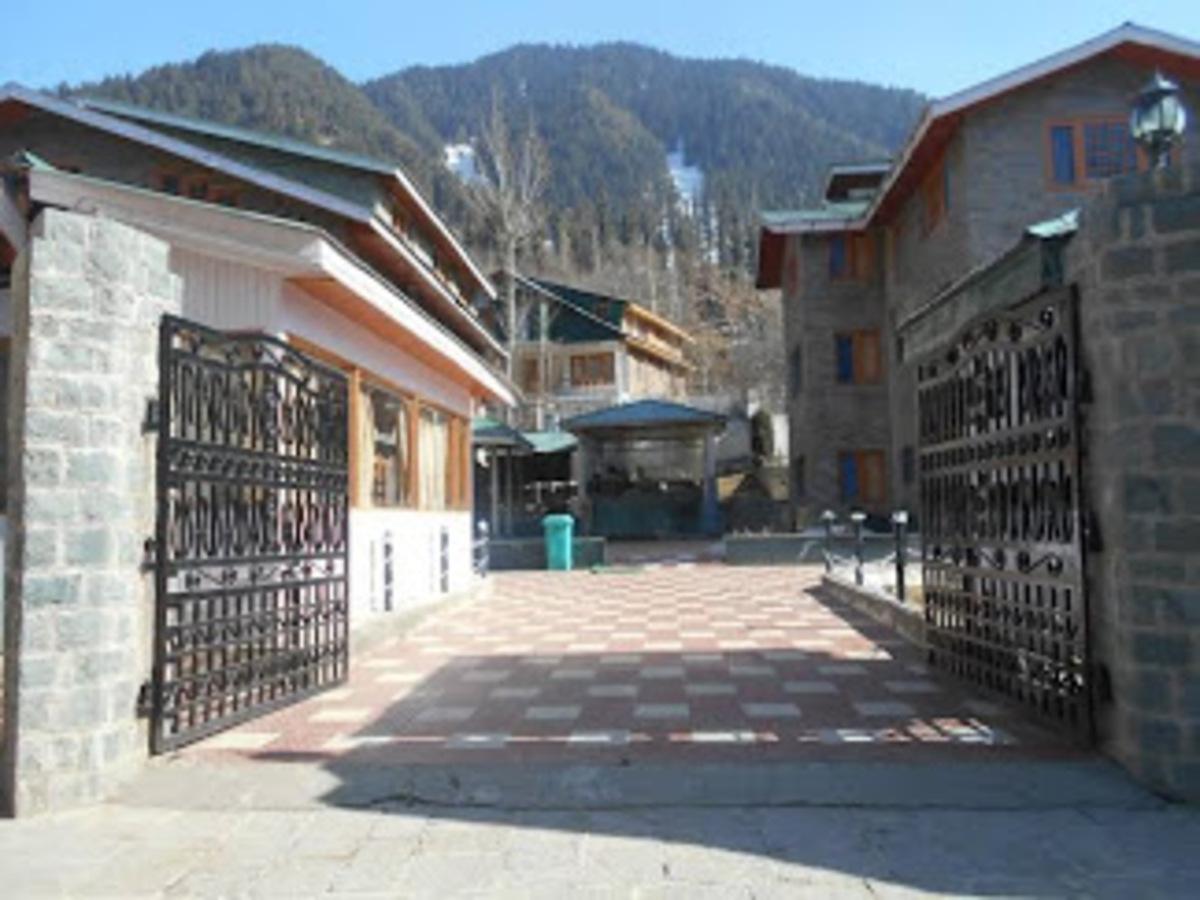 Pahalgam-Deluxe Hotel-1